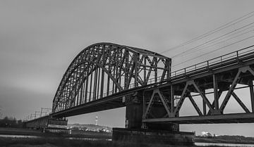 Spoorbrug tussen Oosterbeek en Arnhem in zwart wit