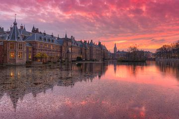 Chambres du Parlement néerlandais reflétées dans le bassin de la Cour (Hofvijver) au coucher du sole sur Rob Kints