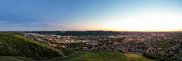 Luchtfoto Panorama Stuttgart in de avond van Werner Dieterich