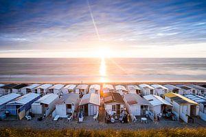 Strandhuisjes in Zandvoort tijdens zonsondergang van