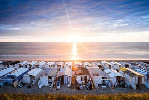 Strandhuisjes in Zandvoort tijdens zonsondergang van Renzo Gerritsen