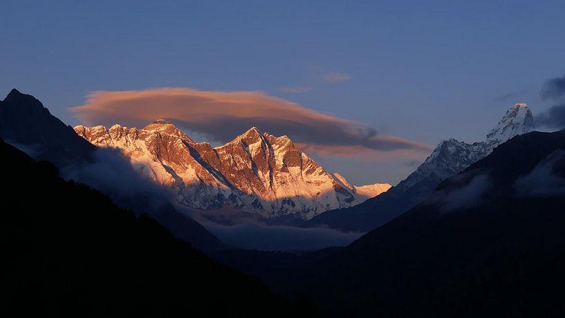 Zonsondergang op Everest van Timon Schneider