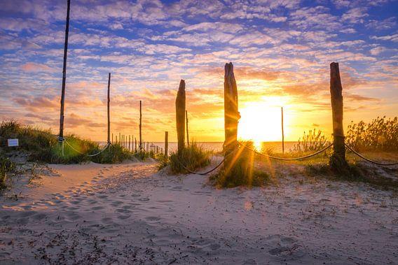 Zonsopkomst op het strand aan de waddenzee van Dick Hooijschuur
