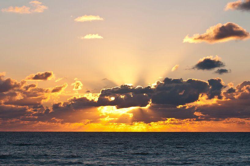 Zonsondergang aan de zee van Doris van Meggelen