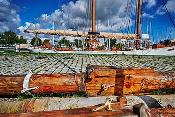 Details eines historischen Segelboots. von Michaela Bechinie