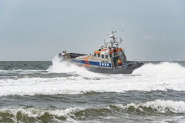 Stoere reddingsboot door de branding sur Jan Iepema
