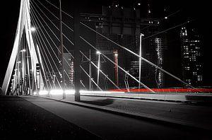Autolichten op de Erasmus brug