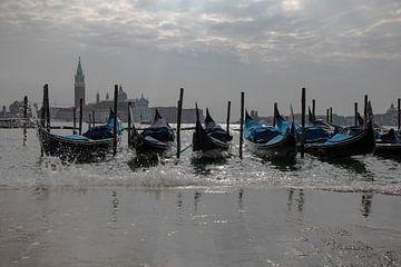 Gondola's in Venetië bij opkomend water van STEVEN VAN DER GEEST