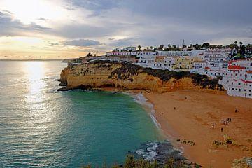 Das Dorf Carvoeiro an der portugiesischen Algarve mit Sonnenuntergang von Nisangha Masselink