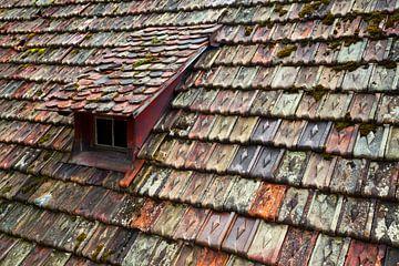 vieux toit de tuiles colorées sur Jürgen Wiesler