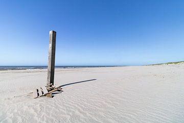 Strandposten am menschenleeren Strand von Groet in Nord-Holland Niederlande von Paul Veen