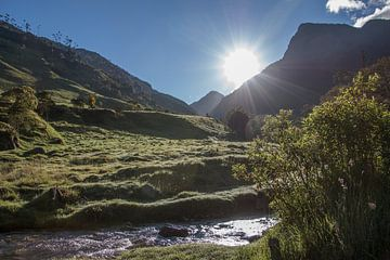 Wandelen in zonnig landschap langs rivier in de bergen von Romy Wieffer