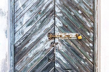 Karakteristieke oude grijze deur von