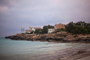 Uitzicht van Es Trenc naar Ses Covetes (Mallorca) van t.ART