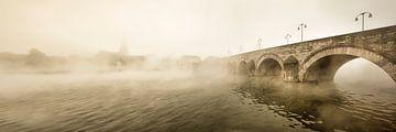 Sint Servaasbrug in Maastricht bij ochtendmist van Frans Lemmens