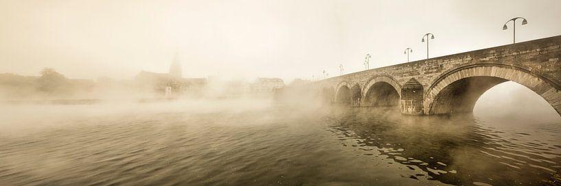 Sankt-Servatius-Brücke in Maastricht bei Morgennebel von Frans Lemmens