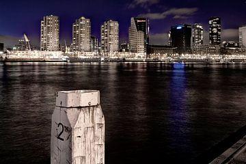 Skyline Rotterdam in de avond vanaf Noordereiland van Henk Elshout