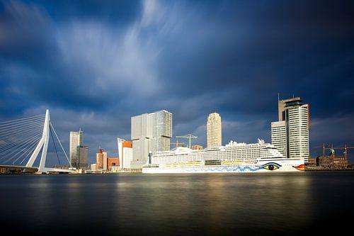 Rotterdam: Zicht op de Erasmusbrug en de Cruise Terminal van