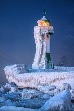 Vuurtoren op het eiland Rügen in de winter. van Voss Fine Art Fotografie