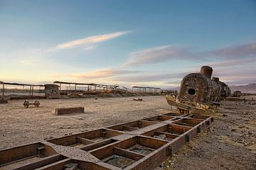 Uyuni. Zonsondergang bij een oude verlaten oude trein op een oud rangeerterrein van Tjeerd Kruse