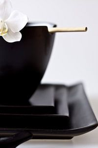zwarte Chinese kom en borden met eetstokjes