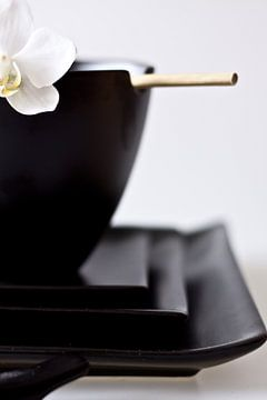 zwarte Chinese kom en borden met eetstokjes van