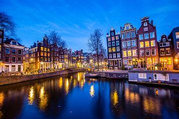 Amsterdam bij avond van Kevin Baarda