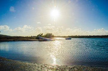 Vissersboot bij zonsondergang aan Sint Jorisbaai in Curacao van Joke Van Eeghem