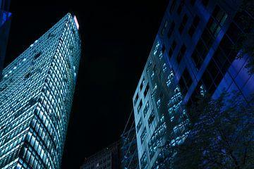 hochhäuser mit in der nacht beleuchteten fenstern in der nähe des potsdamer platzes in berlin deutsc von Maren Winter