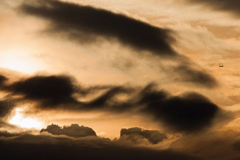 Vliegtuig in de wolken van Menno van Duijn