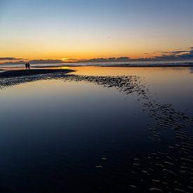 Zonsondergang boven de Noord zee, op het strand van Ameland. van Eyesmile Photography