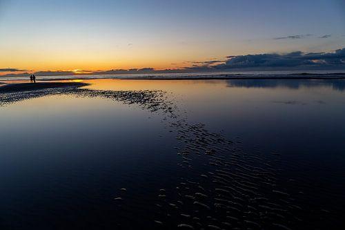 Zonsondergang boven de Noord zee, op het strand van Ameland.