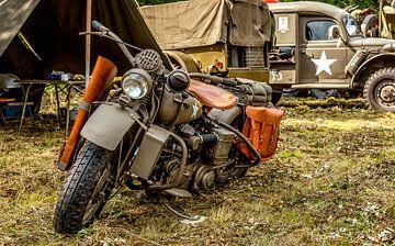 Oude legermotor tijdens Weekend at War in Simpelveld van John Kreukniet