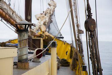 zeilboot voor kust van Spitsbergen van Marieke Funke