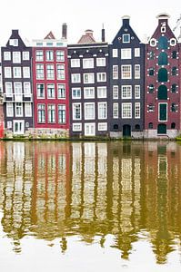 Huizen langs het Damrak in Amsterdam