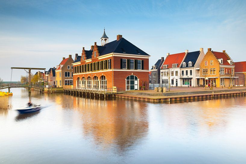 Zicht op Esonstad Oostmahorn, vlak na zonsopkomst van Evert Jan Luchies