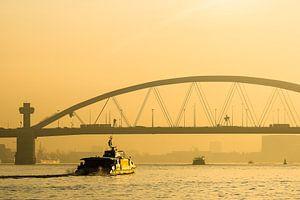 Van Brienenoordbrug bij zonsopkomst met de Waterbus