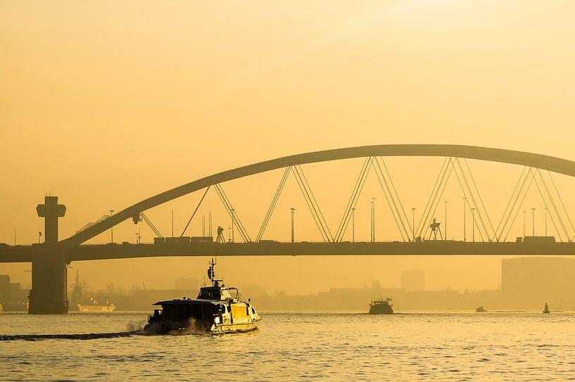 Van Brienenoordbrug bij zonsopkomst met de Waterbus van Wijnand Loven