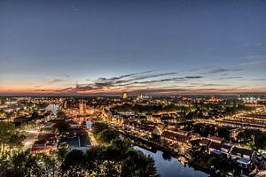 Zierikzee licht op tijdens blauwe uur van Dick van der Veer