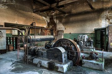 Alte Industriemaschinen in einer verlassenen Fabrik von Sven van der Kooi