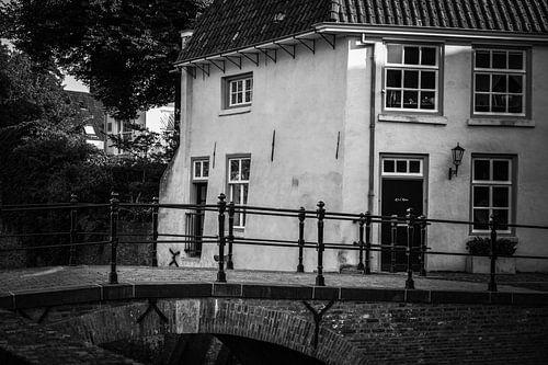 Klein wit huisje aan het kanaal