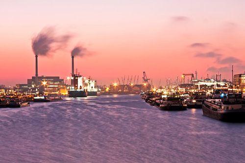 Haven van Rotterdam bij avondschemering in Nederland van
