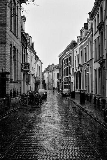 Een verlaten Hamburgerstraat in Utrecht op een druilerige dag (2)
