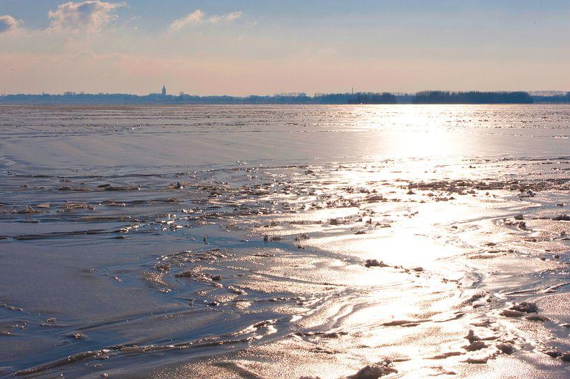 Winterlandschap over het water in Nederland. van Brian Morgan