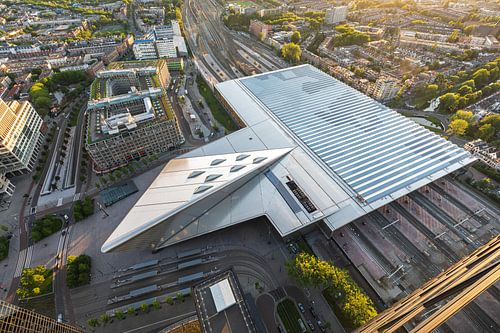 Het futuristische Centraal Station van Rotterdam van bovenaf