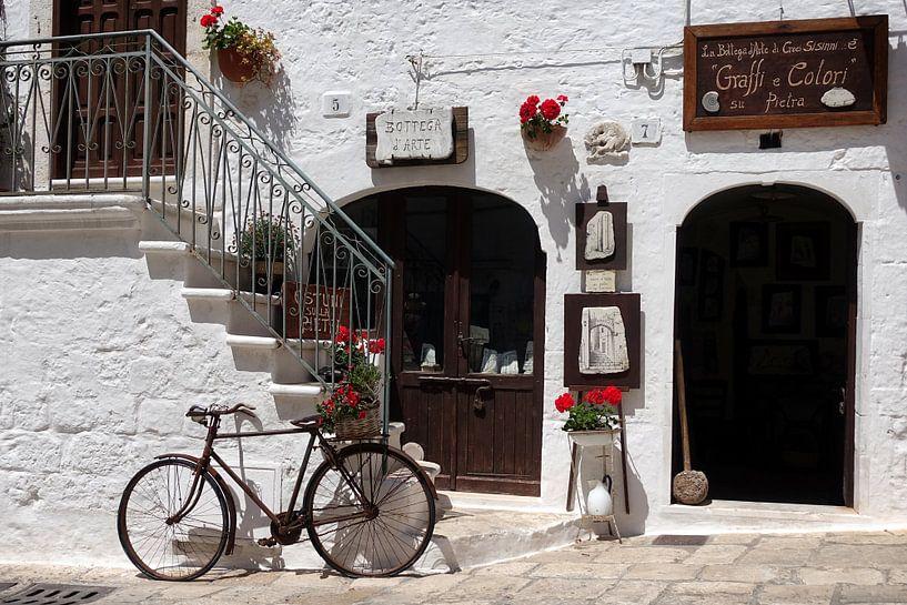 Altes Fahrrad in einer Straßenszene in Süditalien von iPics Photography