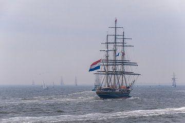 De Stad Amsterdam op zee met ZKH aan boord van Brian Morgan