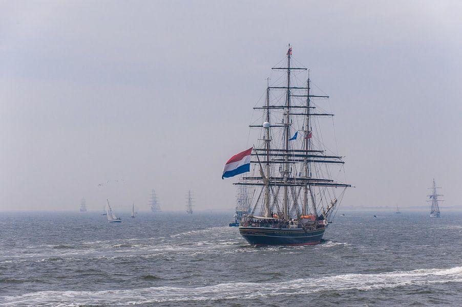 De Stad Amsterdam op zee met ZKH aan boord