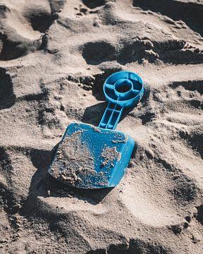 Schepje op het strand van Pim Haring