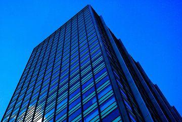 Hochhaus in blau  von Norbert Sülzner